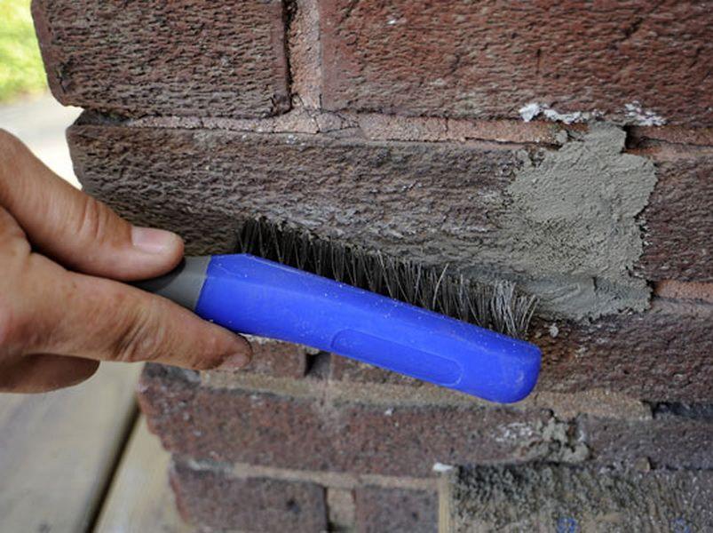 Пятна цемента можно счистить механически, но с растворителем это реально сделать быстрее и проще!